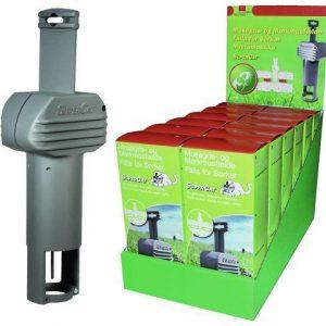 Mosegrisefælde Super-Cat -grå plastik., ved siden at en hel masse grønne kasser med mosegrisefælden