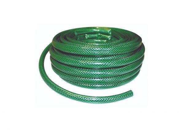 Grøn vandslange rullet sammen