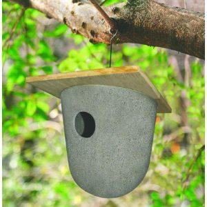 Redekasse i bambus hængt op i et træ